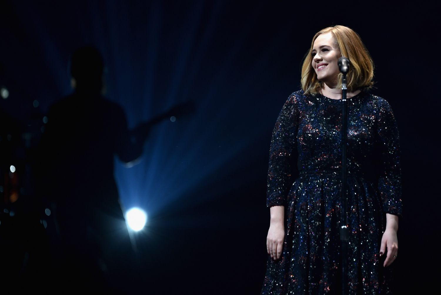 Adele wearing Burberry while performing at the SSE Arena in Belfast, 29 February 2016 (b)