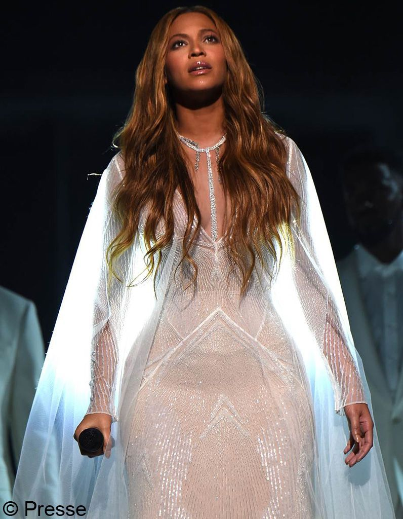 Beyonce-in-Messika-Grammy's-2015--1
