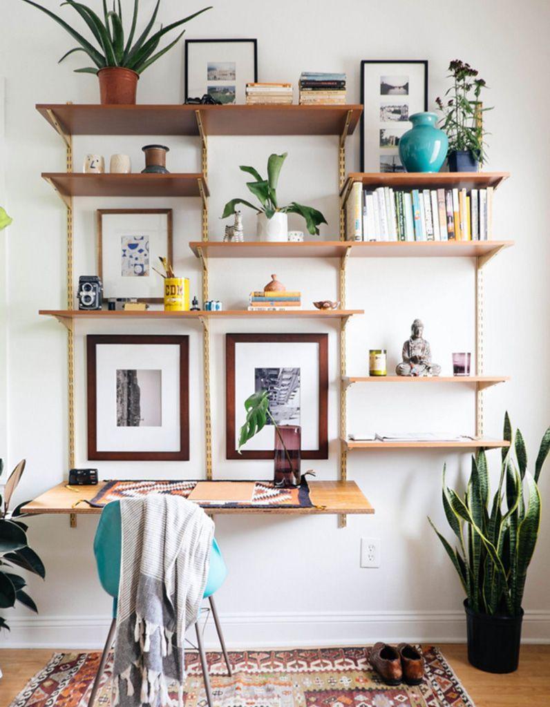 Des étagères fixées au-dessus du bureau