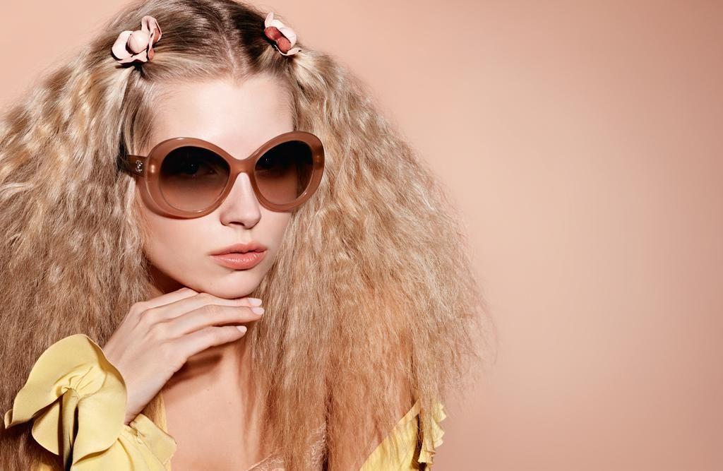 les-images-de-la-campagne-eyewear-printemps-ete-2017-de-chanel-avec-lottie-moss-photo-3