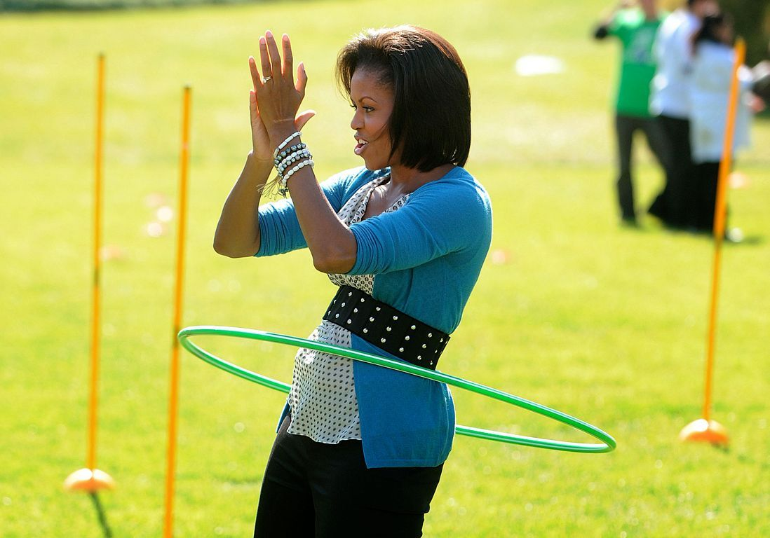 Michelle Obama pratique le Hula Hoop