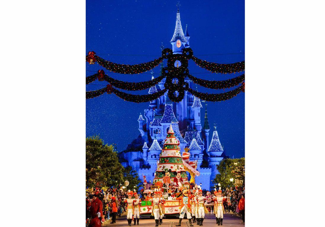 N019684 Goofy Mickey Minnie Sleeping Beauty Castle in background (2)
