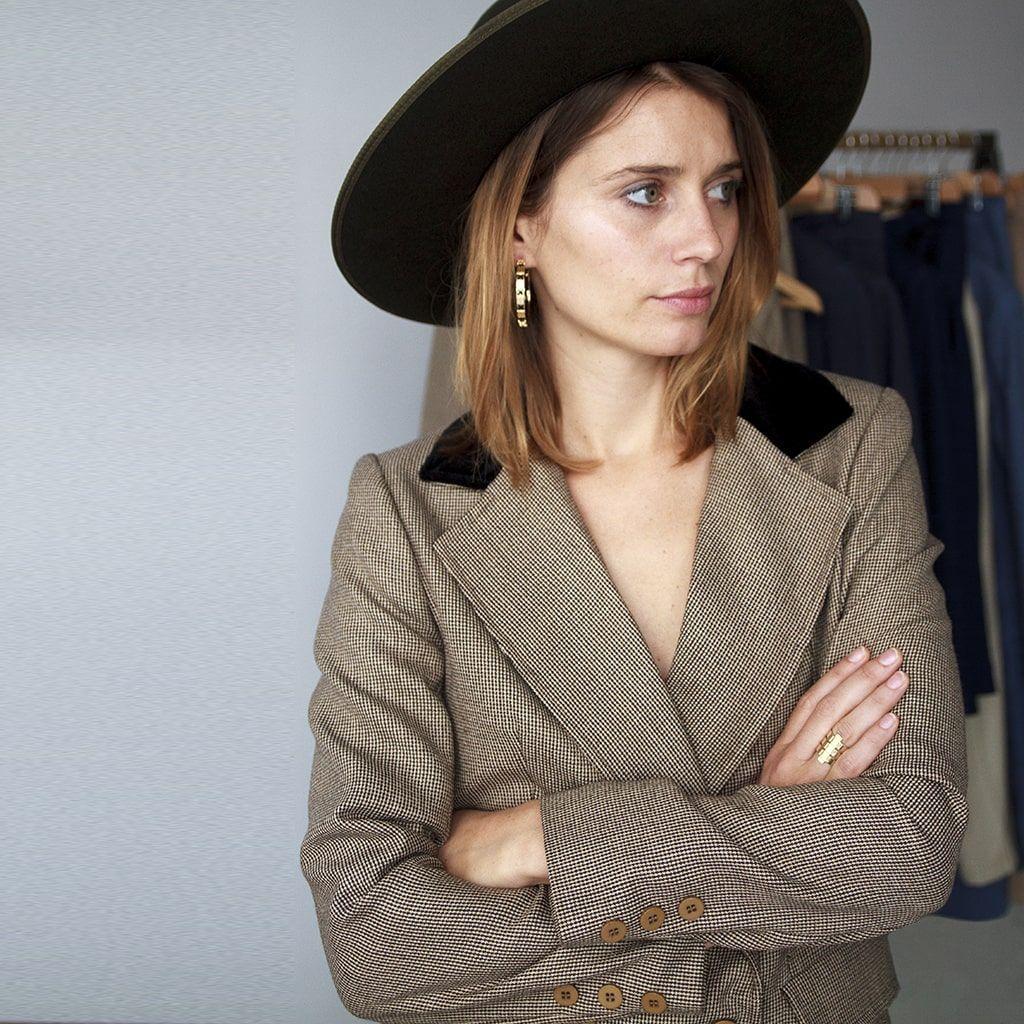 Portrait chapeau carré-min