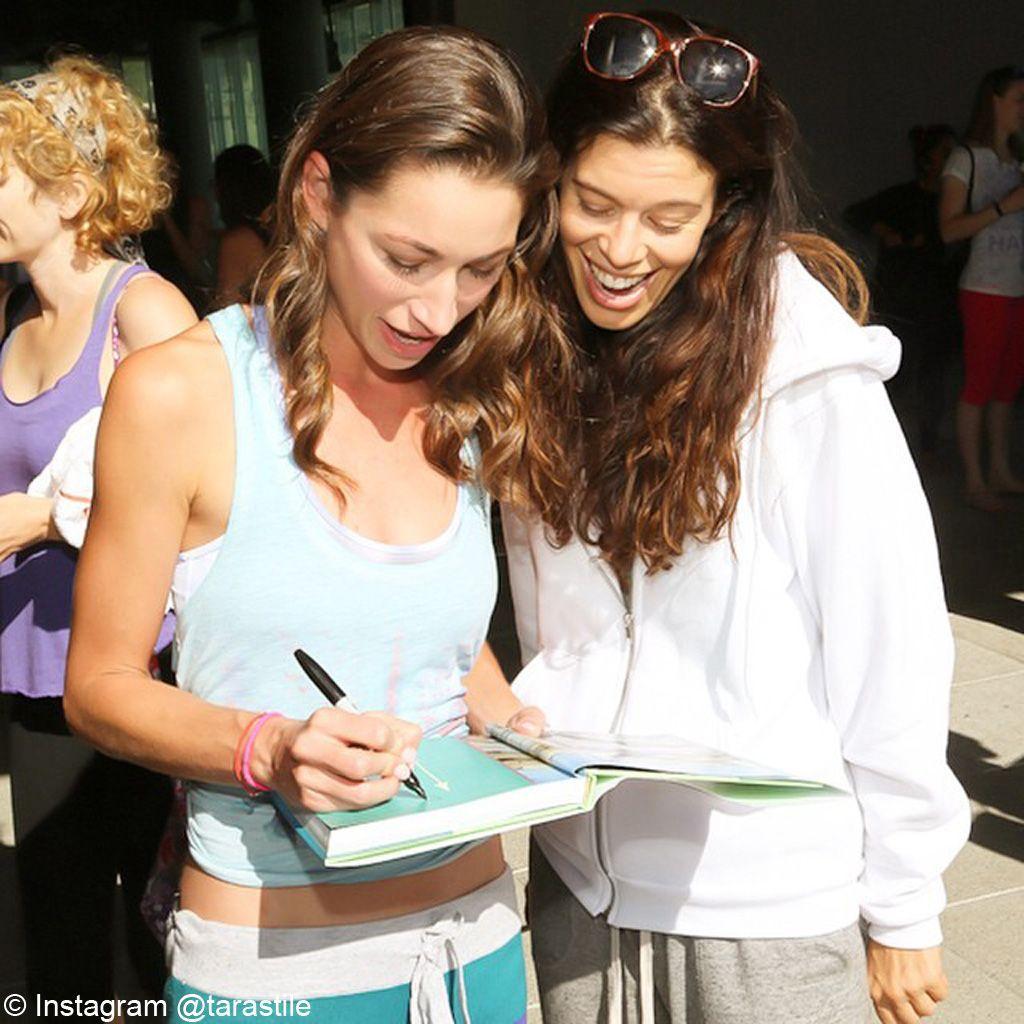 Tara Stiles signe des autographes