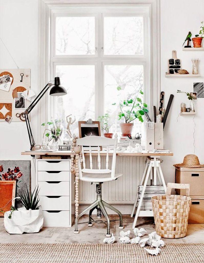 Un meubles à tiroirs à glisser sous le bureau