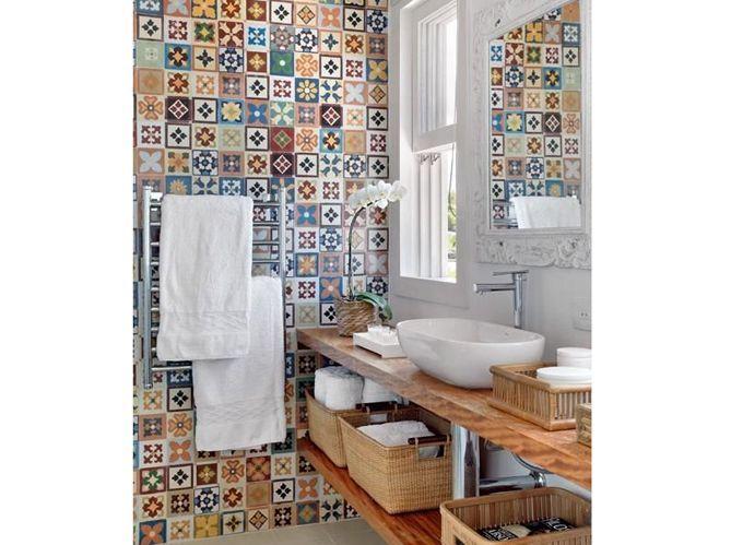 Une salle de bains avec motifs (image_3)