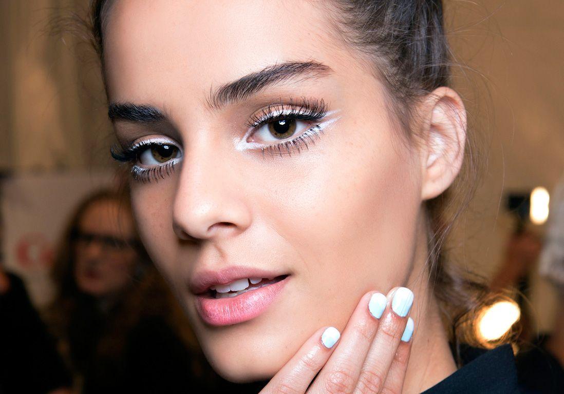 Eye-liner blanc : 10 façons de porter la tendance hivernale