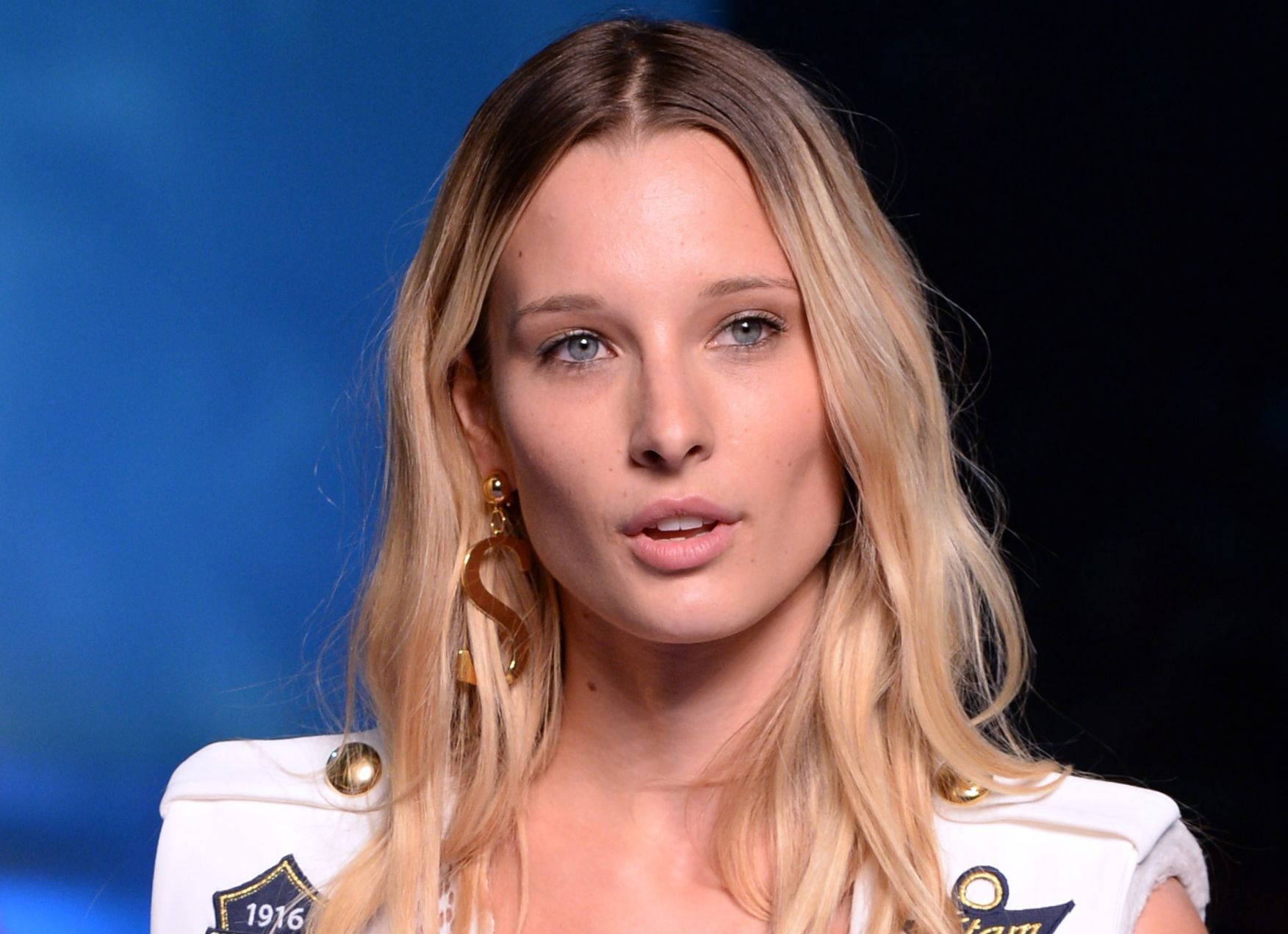 Ilona Smet la fille d'Estelle Lefébure illumine le défilé Etam avec son beauty look naturel
