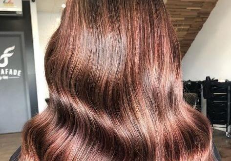 Le Rose Brown : la nouvelle coloration rose pour les brunes