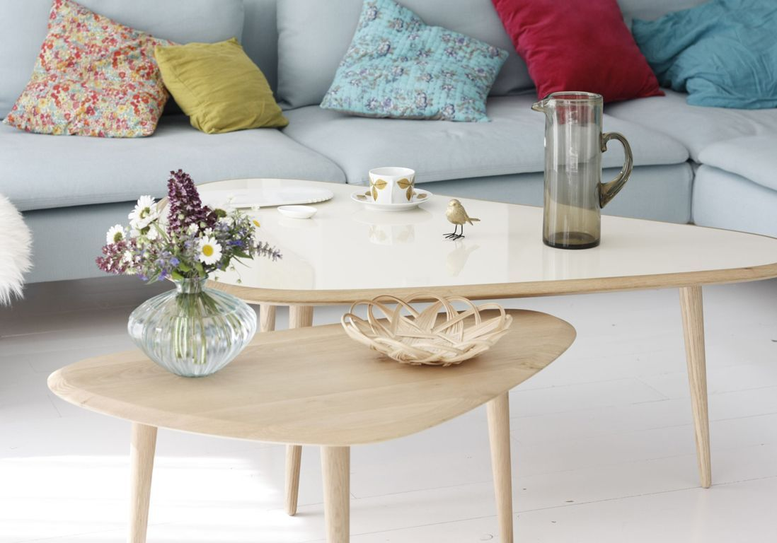 Une table basse en bois pour réchauffer le salon