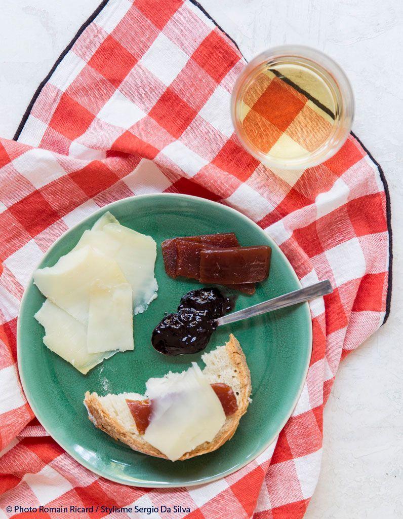 tartine fromage de brebis confiture cerises noires et pate de fruits