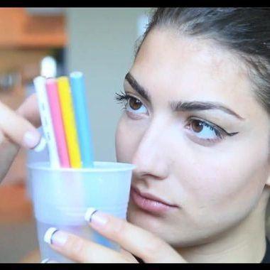 Se maquiller au crayon de couleur, la nouvelle marotte beauté qui fait débat
