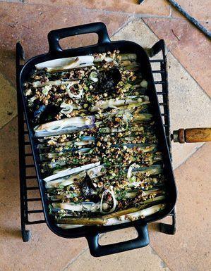 Couteaux grillés aux herbes et aux noisettes