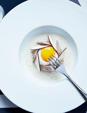 Blanc-manger d'œuf mollet à la truffe blanche d'Alba, émulsion de cèpes de Mathieu Pacaud