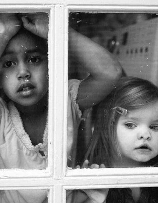 #Prêtàliker : l'adorable complicité de deux sœurs photographiées par leur mère