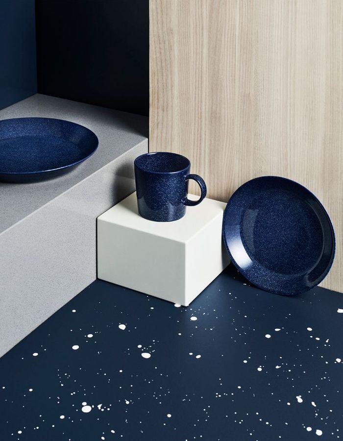 De la vaisselle bleu marine