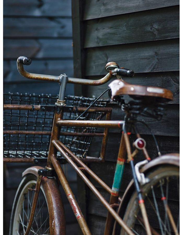bicyclette posée sur un mur de bois