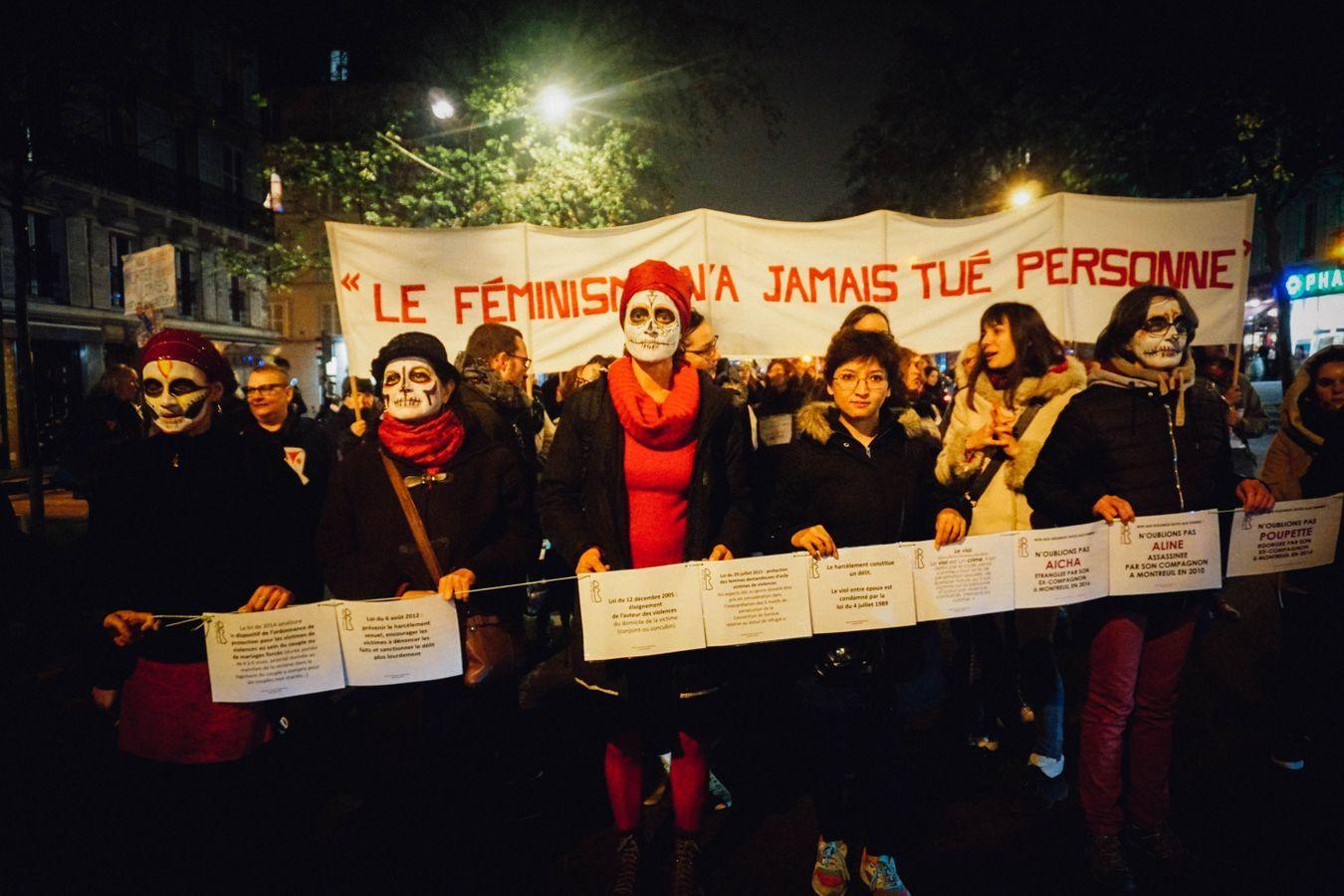 Hélène entourée d'autres manifestantes