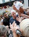 Le père d'Amy Winehouse distribue des vêtements de sa fille à la foule