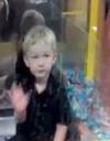 Buzz : un enfant se faufile dans un distributeur de bonbons