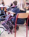 Il colle une étiquette sur le front d'une élève : 1000 euros d'amende