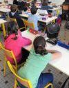 Une institutrice fait dessiner une croix gammée à ses élèves