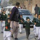 Une Attaque Terroriste Dans Une École Au Pakistan A...