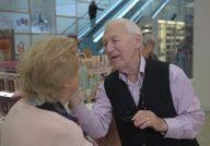 A 84 ans, il apprend le maquillage pour sa femme qui perd la vue