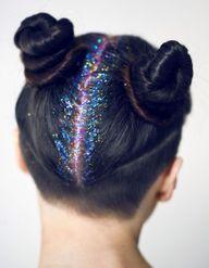 Glitter roots : la dernière tendance coiffure qui va illuminer les fêtes