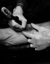 Attaques à Paris : les tatouages hommage affluent sur Instagram