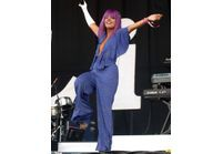 Lily Allen, diva funky en combi-pantalon
