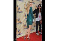 Sienna Miller, dans une robe aussi audacieuse que celle de Mireille Darc !