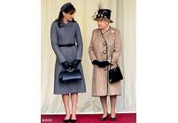 Carla Bruni-Sarkozy détrône la Reine d'Angleterre avec son chapeau