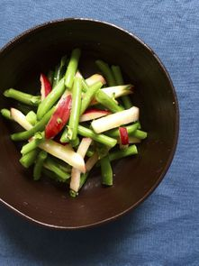 Salade de haricots verts, pêches blanches, basilic