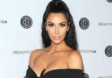Kim Kardashian a osé les cheveux fluos…assortis à sa voiture