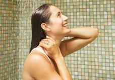 Pourquoi est-ce qu'il ne faut pas laver son visage sous la douche ?