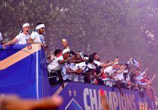 Les fans déçus, le préfet de police explique pourquoi le bus des Bleus a descendu si vite les Champs-Elysées