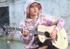 Quand Justin Bieber chante dans la rue, face à Buckingham Palace, pour Hailey Baldwin