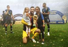 Victoire des Bleus : les joueurs tombent dans les bras de leurs familles