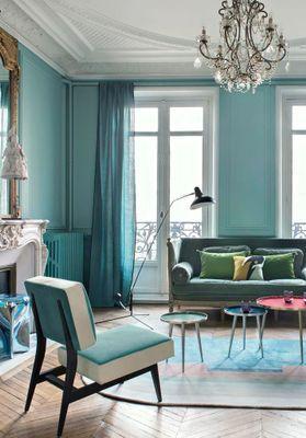 Bleu turquoise et pastel, le duo gagnant de cet appart haussmannien