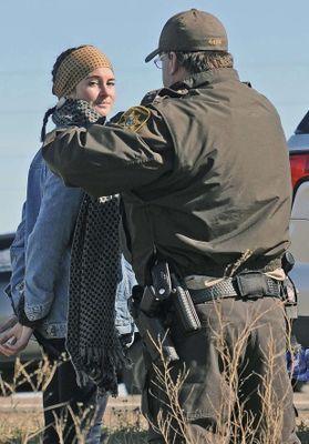 .@shailenewoodley, l'héroïne de « Divergente » publie la vidéo de son arrestation   ShaileneWoodleypic.twitter.com/2YJdrx7arD
