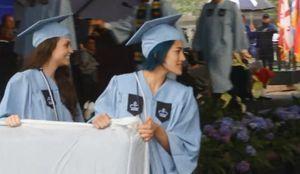 Pour dénoncer un viol, elle transporte son matelas à sa remise de diplômes