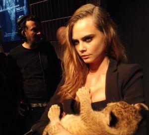Cara Delevingne et son lionceau dans les bras pour pour Tag Heuer