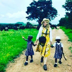 Madonna Présente Stelle Et Estere, Les Jumelles Qu'...