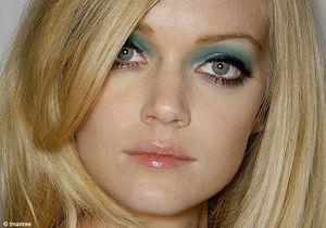 Maquillage bleu pour les yeux