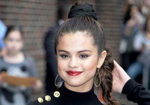 Comment Selena Gomez joue avec les codes des années 90