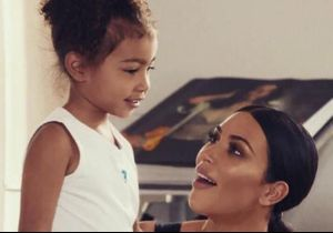 North West, adorable, essaye le maquillage de Kim Kardashian