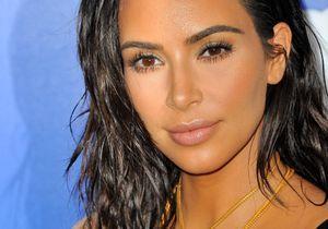 Kim Kardashian sait se maquiller seule et elle le prouve en se filmant dans sa salle de bain