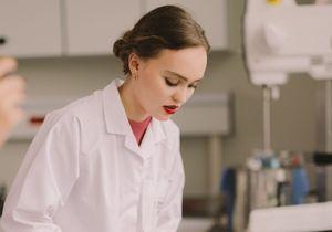 EXCLU - Lily-Rose Depp découvre les secrets de fabrication du nouveau rouge à lèvres Chanel (vidéo)