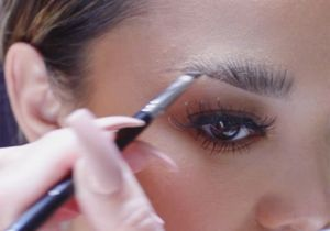 Voici le meilleur geste pour maquiller ses sourcils